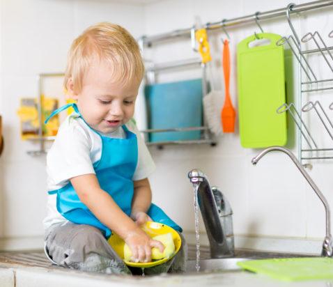 2 årig dreng vasker op